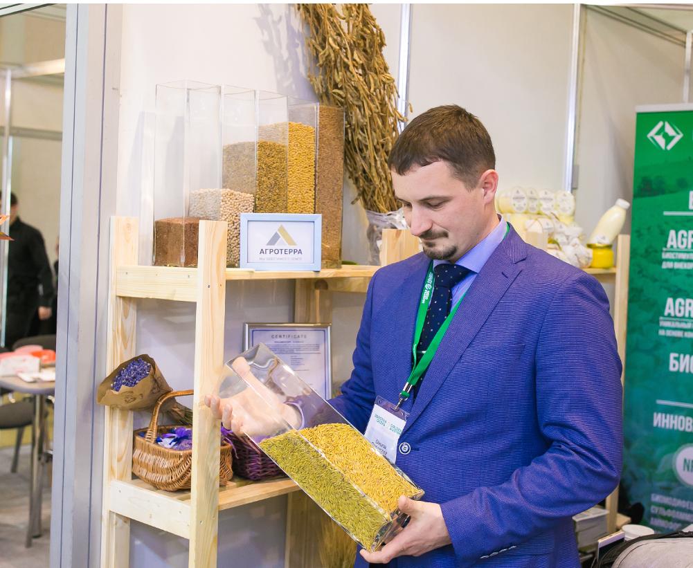 Станислав Шишов рассматривает органическую продукцию АгроТерры